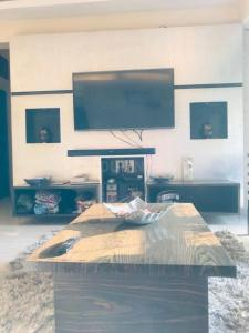Gallery Cover Image of 1100 Sq.ft 2 BHK Apartment for buy in Andheri West for 17200000