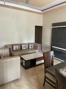 Gallery Cover Image of 1200 Sq.ft 2 BHK Apartment for buy in Govind Vihar for 3990000