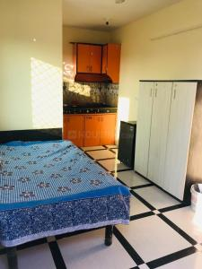 Gallery Cover Image of 450 Sq.ft 1 RK Apartment for rent in Chhattarpur for 7000