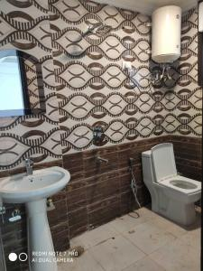 Gallery Cover Image of 600 Sq.ft 1 BHK Independent Floor for rent in Said-Ul-Ajaib for 13000