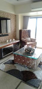 Gallery Cover Image of 490 Sq.ft 1 BHK Apartment for rent in Parel for 55000