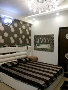 Gallery Cover Image of 6000 Sq.ft 9 BHK Independent House for rent in Eta 1 Greater Noida for 70000