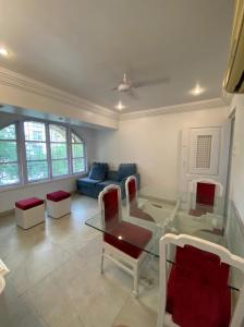 Gallery Cover Image of 1100 Sq.ft 2 BHK Apartment for rent in Bhasin House, Khar West for 65000