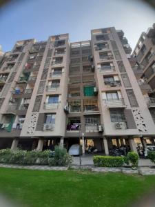 Gallery Cover Image of 1800 Sq.ft 3 BHK Apartment for rent in Utsav Elegance, Memnagar for 25000