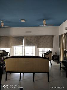 Gallery Cover Image of 2000 Sq.ft 3 BHK Apartment for rent in Kottivakkam for 70000