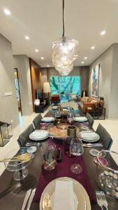 Gallery Cover Image of 750 Sq.ft 1 BHK Apartment for buy in Piramal Revanta, Mulund West for 12300000