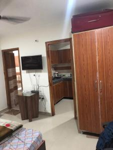 Gallery Cover Image of 1000 Sq.ft 2 BHK Apartment for rent in Tardeo for 125000