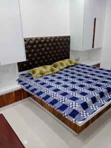 Gallery Cover Image of 1100 Sq.ft 3 BHK Apartment for rent in Janakpuri for 28000