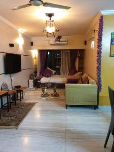 Gallery Cover Image of 800 Sq.ft 2 BHK Apartment for rent in Silver Palm, Vile Parle West for 60000