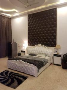 Gallery Cover Image of 9500 Sq.ft 5 BHK Independent House for buy in Korattur for 130000000