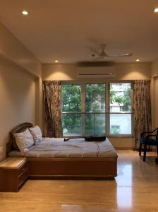 Gallery Cover Image of 1600 Sq.ft 3 BHK Apartment for rent in Khar West for 180000