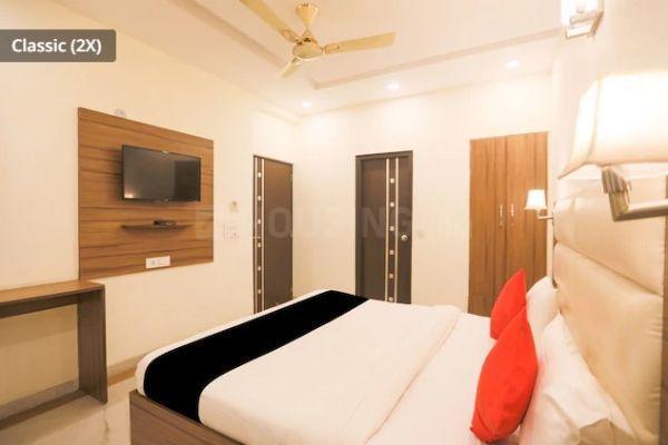 डीएलएफ़ फेज 3 में होटल रॉयल स्टेज़ के बेडरूम की तस्वीर