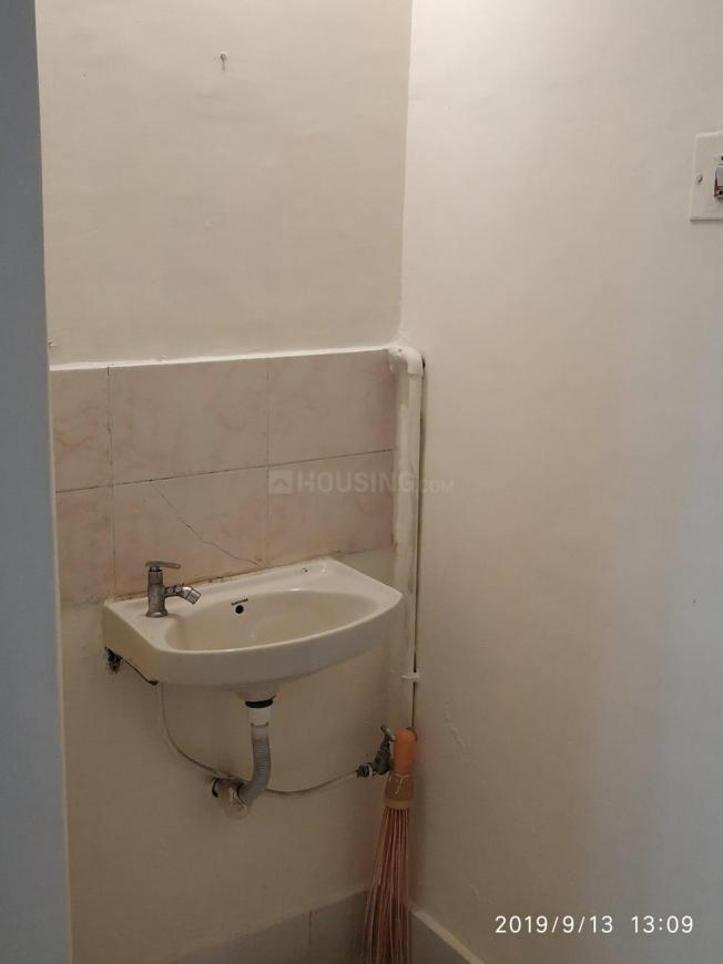 Common Bathroom Image of 652 Sq.ft 1 BHK Apartment for buy in Sion for 10500000