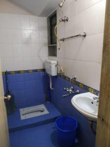 घनसोली में अंशिका पेइंग गेस्ट के बाथरूम की तस्वीर