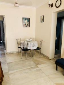 Gallery Cover Image of 790 Sq.ft 1 BHK Apartment for rent in Kanti Apartments, Bandra West for 80000
