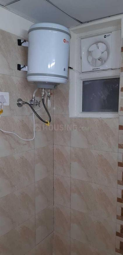 Common Bathroom Image of 1300 Sq.ft 3 BHK Apartment for rent in Omicron I Greater Noida for 8000