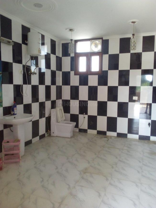 Common Bathroom Image of 2200 Sq.ft 1 RK Independent House for rent in Sector 41 for 10000