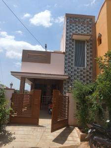Gallery Cover Image of 1200 Sq.ft 1 BHK Independent House for buy in Somayampalayam for 5000000