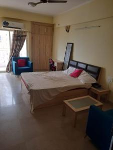 Gallery Cover Image of 430 Sq.ft 1 RK Apartment for rent in Supertech Ecociti, Sector 137 for 10500
