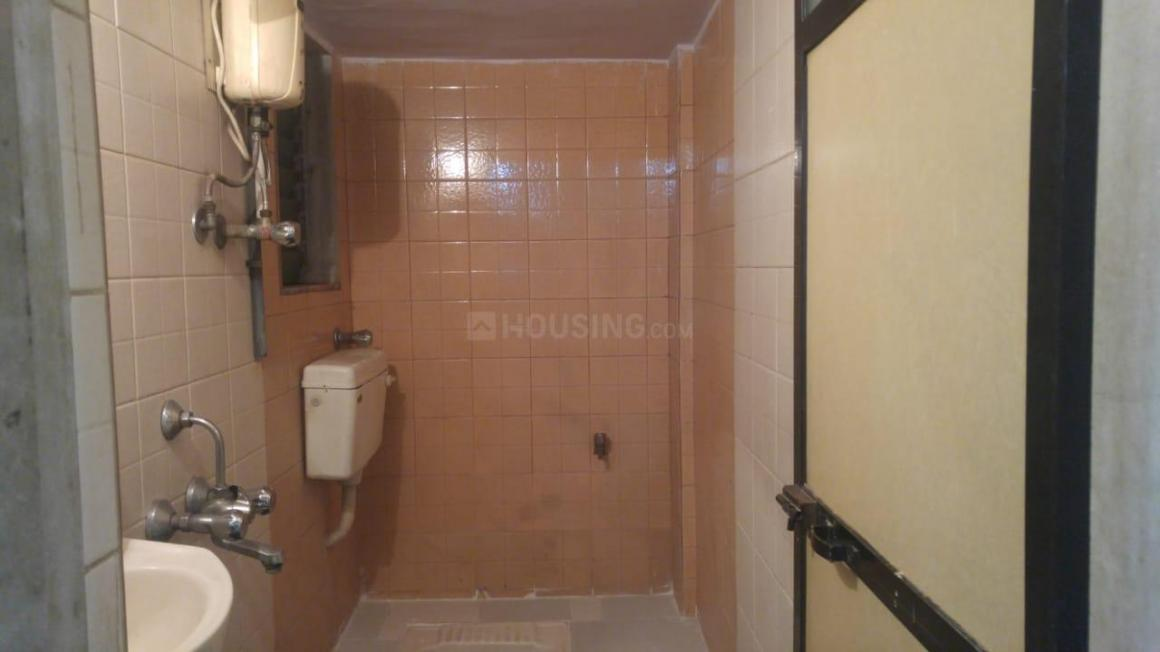 Common Bathroom Image of 1050 Sq.ft 2 BHK Independent Floor for rent in Kandivali West for 26000