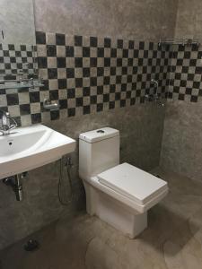 Bathroom Image of Urbanroomz Boys PG Sec 31 in Sector 31