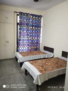 होम अवे पीजी इन सेक्टर 22 के बेडरूम की तस्वीर