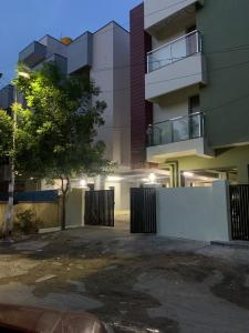 Gallery Cover Image of 600 Sq.ft 1 BHK Apartment for buy in Mugalivakkam for 3800000