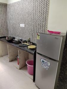 मलाड वेस्ट में मुंबई पीजी में किचन की तस्वीर