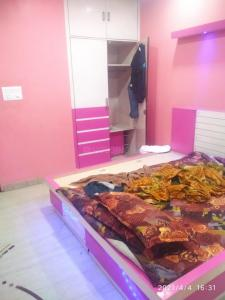 Gallery Cover Image of 900 Sq.ft 2 BHK Apartment for rent in DDA Una Enclave, Mayur Vihar II for 30000