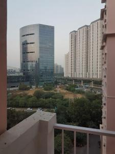 Gallery Cover Image of 1350 Sq.ft 3 BHK Apartment for rent in DLF Princeton Estate, DLF Phase 5 for 32000