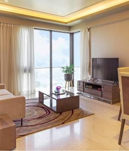 Gallery Cover Image of 1550 Sq.ft 3 BHK Apartment for buy in Worli for 53500000