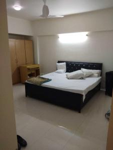 Gallery Cover Image of 1750 Sq.ft 3 BHK Apartment for rent in Seawoods for 80000