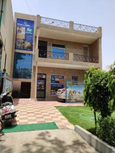 Gallery Cover Image of 4000 Sq.ft 7 BHK Independent House for buy in Sector 9 for 30000000