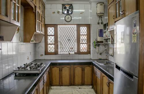 डीएलएफ फेज 2 में ओबेरॉय हाउस डीएलएफ फेज 2 के किचन की तस्वीर