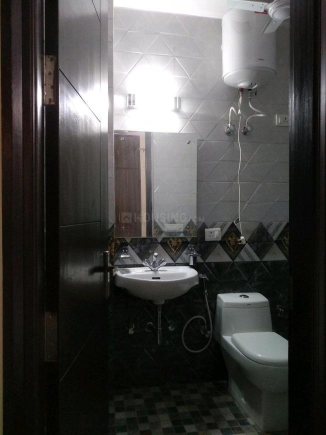 Common Bathroom Image of 750 Sq.ft 2 BHK Apartment for buy in Chhattarpur for 2800000