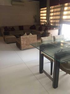 Gallery Cover Image of 2000 Sq.ft 4 BHK Apartment for rent in Santacruz West for 250000