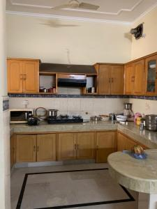 Gallery Cover Image of 2250 Sq.ft 2 BHK Independent Floor for rent in Sector 10 DLF for 18000