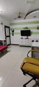 Gallery Cover Image of 950 Sq.ft 2 BHK Apartment for rent in Mulund West for 32000
