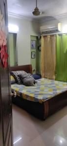 Gallery Cover Image of 580 Sq.ft 2 BHK Apartment for rent in Navrang Apartment, Chembur for 34000