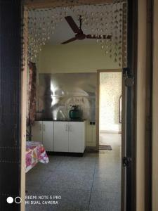 Gallery Cover Image of 750 Sq.ft 1 BHK Apartment for rent in Dhakuria for 9000