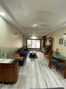 Gallery Cover Image of 675 Sq.ft 1 BHK Apartment for rent in Worli for 60000