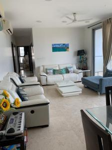 Gallery Cover Image of 1450 Sq.ft 3 BHK Apartment for rent in Oberoi Exquisite, Goregaon East for 100000