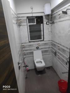 अंधेरी वेस्ट में इंडिविजुअल रूम के बाथरूम की तस्वीर