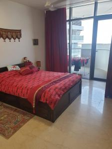 Gallery Cover Image of 1050 Sq.ft 2 BHK Apartment for buy in Parel for 39000000