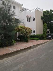Gallery Cover Image of 1742 Sq.ft 3 BHK Villa for rent in Paramount Golfforeste Villas, Surajpur for 8500