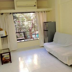 Gallery Cover Image of 344 Sq.ft 1 RK Apartment for rent in Bandra West for 35000