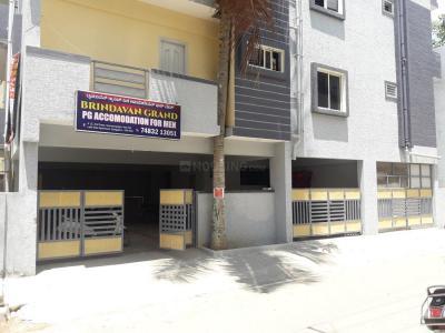 नागवारा में बृंदावन पीजी में बिल्डिंग की तस्वीर