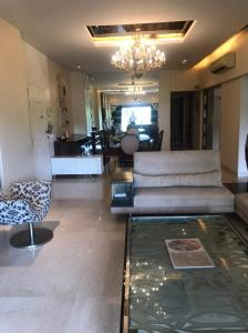 Gallery Cover Image of 2000 Sq.ft 3 BHK Apartment for rent in Juhu for 160000