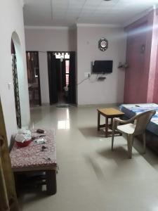 Gallery Cover Image of 900 Sq.ft 2 BHK Independent Floor for buy in Naya Ganj for 3800000