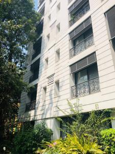 Gallery Cover Image of 2130 Sq.ft 3 BHK Apartment for rent in Alipore for 95000